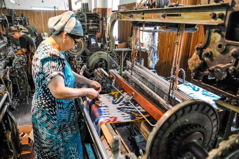 Donna al telaio nell'Uzbekistan immagini stock