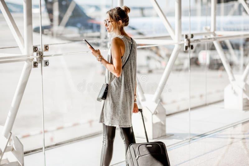 Donna all'aeroporto immagine stock