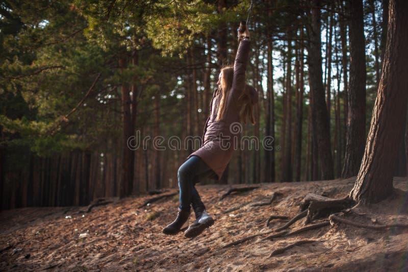 Donna all'ammortizzatore ausiliario nella foresta di autunno fotografie stock
