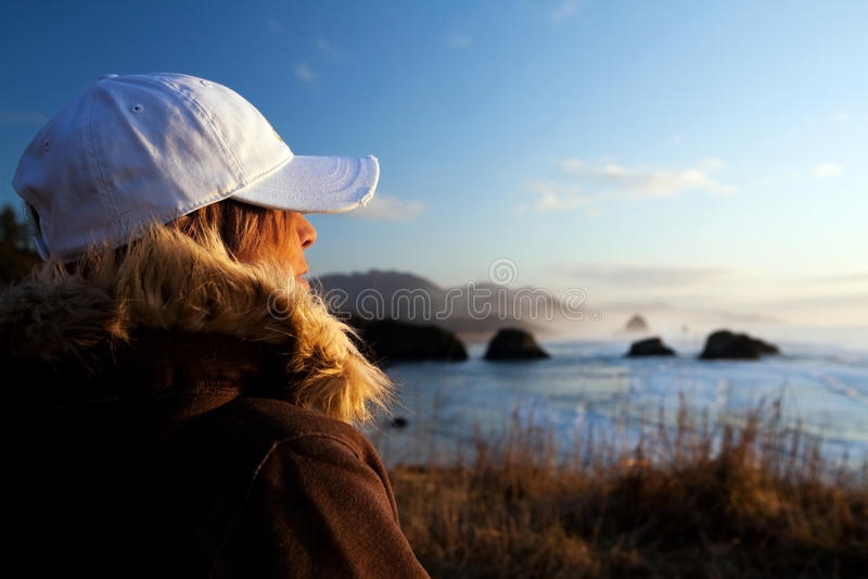 Donna all'oceano di trascuranza del litorale fotografia stock libera da diritti