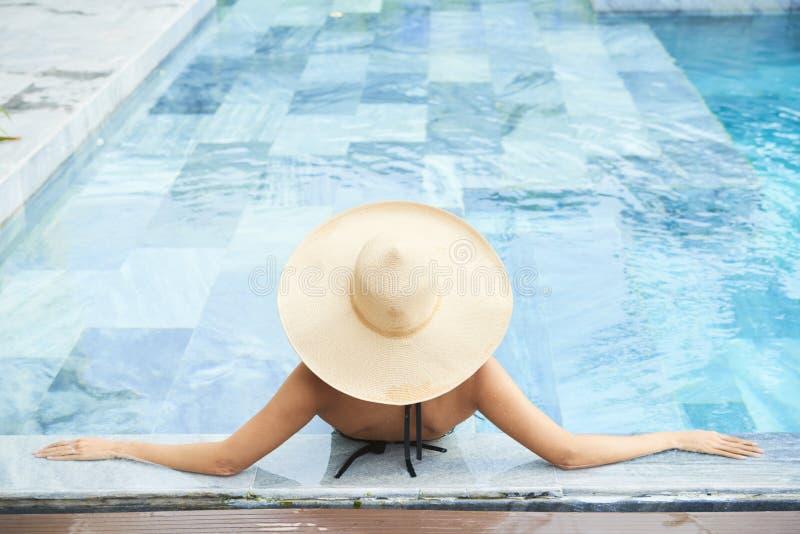 Donna alla località di soggiorno lussuosa immagini stock libere da diritti