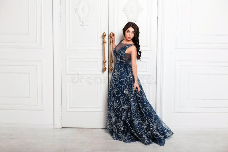 Donna alla moda abbastanza giovane in un vestito da sera di modo fotografie stock