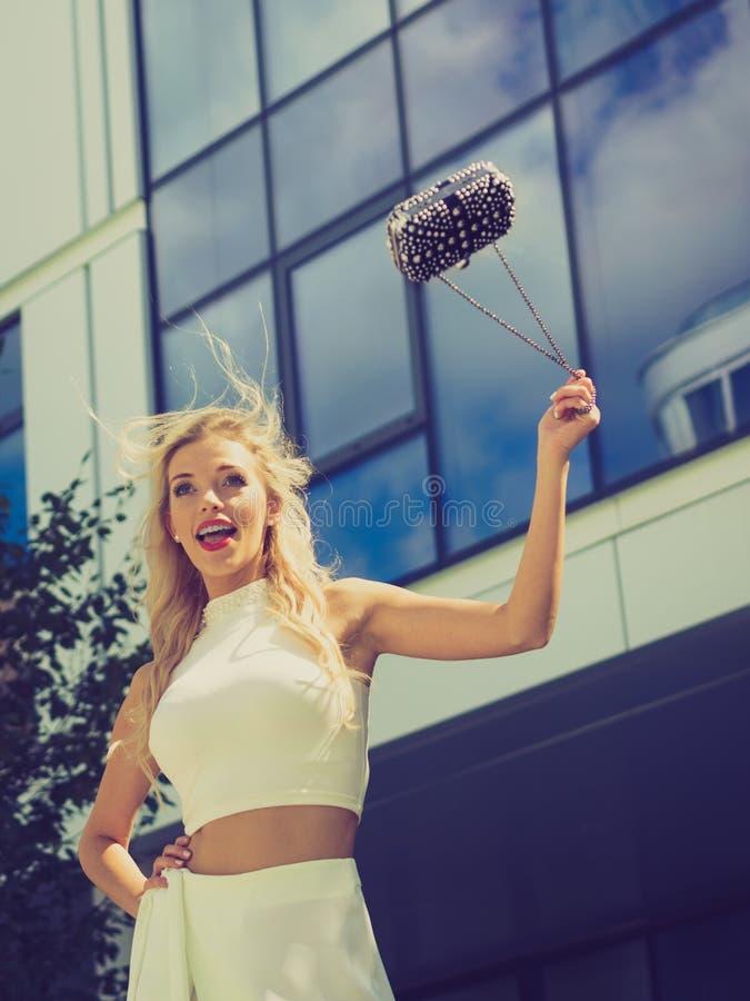Donna alla moda allegra in città fotografie stock libere da diritti