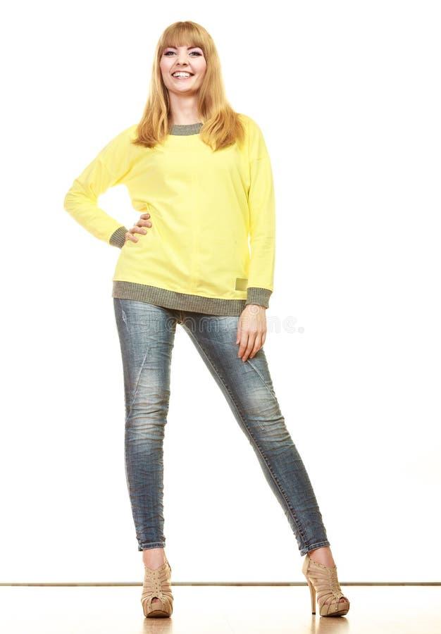 Donna alla moda bionda in blusa gialla immagini stock
