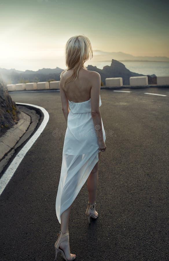Donna alla moda bionda che porta un vestito bianco immagine stock libera da diritti