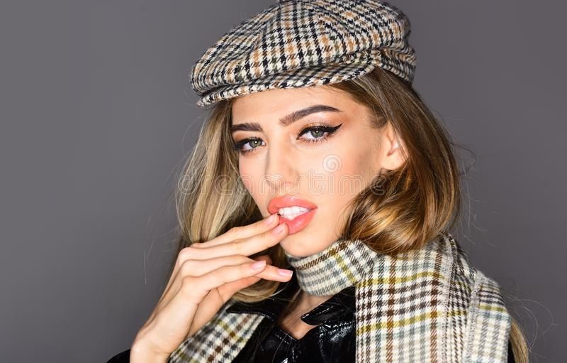 Donna alla moda in cappello che posa nello studio, esaminante macchina fotografica Stagione fredda Sguardo di inverno o di autunn fotografie stock libere da diritti