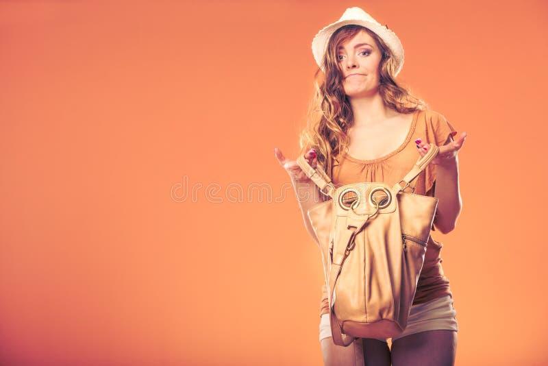Donna alla moda che cerca tramite la borsa immagini stock