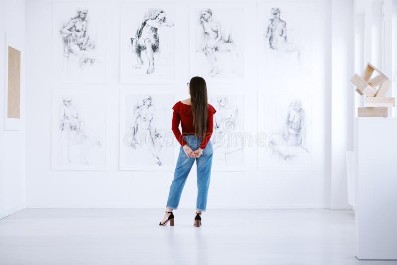 Donna alla moda che esamina esposizione fotografie stock libere da diritti