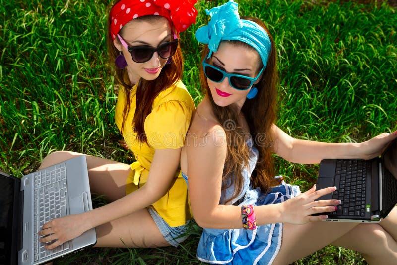 Download Donna Alla Moda Che Per Mezzo Dei Computer Portatili Immagine Stock - Immagine di internet, ragazza: 30830793