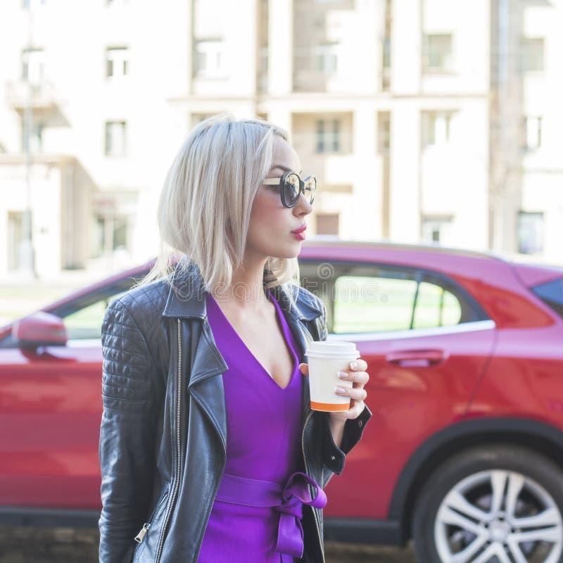 Donna alla moda con caffè da andare sulla via della città fotografie stock libere da diritti