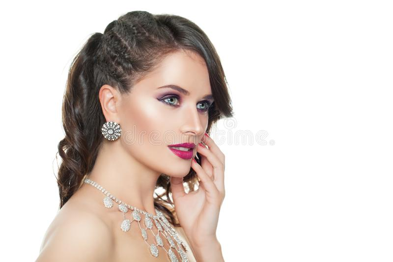 Donna alla moda con la collana e gli orecchini dei gioielli isolati su bianco fotografia stock libera da diritti