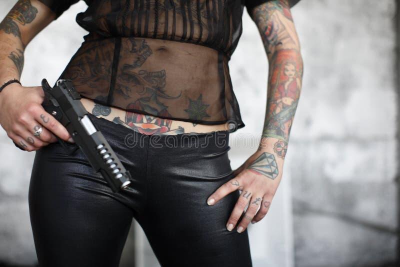 Donna alla moda con la pistola immagini stock libere da diritti