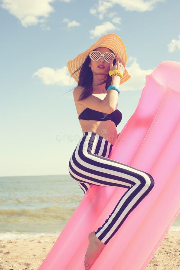 Donna alla moda in costume da bagno alla moda fotografia stock libera da diritti