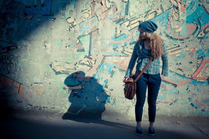 Donna alla moda dei bei giovani pantaloni a vita bassa biondi fotografia stock