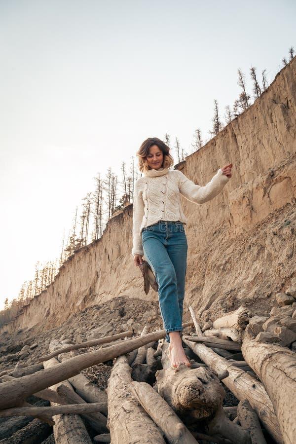 donna alla moda dei pantaloni a vita bassa fotografie stock libere da diritti