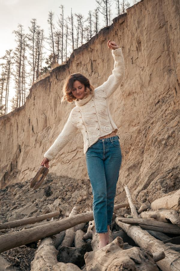 donna alla moda dei pantaloni a vita bassa fotografia stock libera da diritti