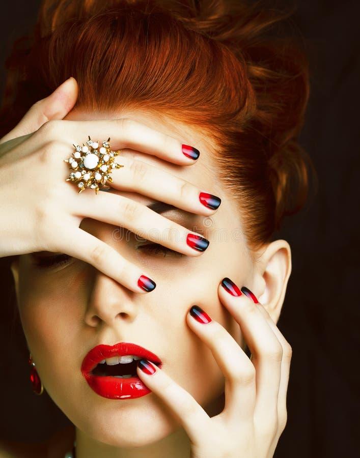 Donna alla moda della testarossa di bellezza con i gioielli d'uso dell'acconciatura fotografia stock libera da diritti