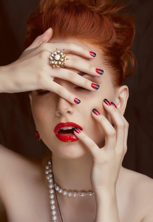 Donna alla moda della testarossa di bellezza con l'acconciatura fotografia stock libera da diritti