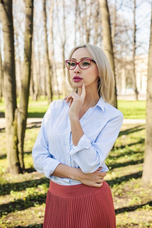 Donna alla moda di affari, all'aperto ritratto fotografie stock libere da diritti