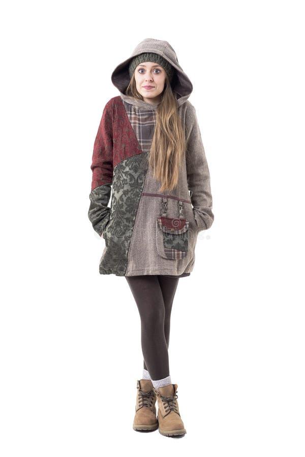 Donna alla moda di bello sembrare sveglio dei pantaloni a vita bassa in vestiti di inverno con il cappuccio e la maglia con cappu fotografia stock libera da diritti