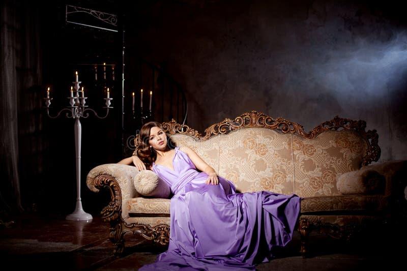Donna alla moda di modo di lusso nell'interno ricco Ragazza w di bellezza fotografie stock