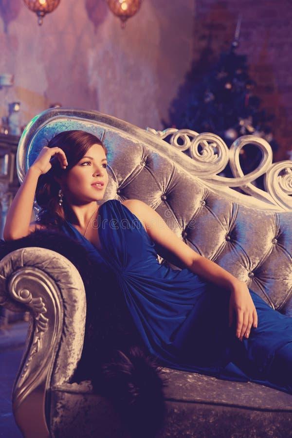 Donna alla moda di modo di lusso nell'interno ricco Ragazza w di bellezza immagine stock