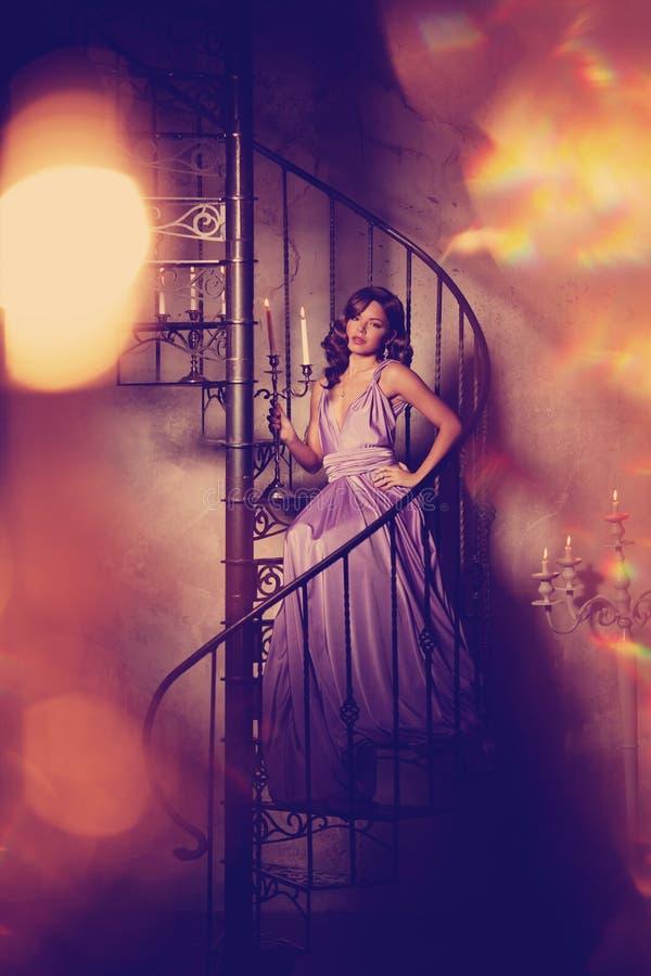 Donna alla moda di modo di lusso nell'interno ricco Ragazza w di bellezza fotografia stock libera da diritti