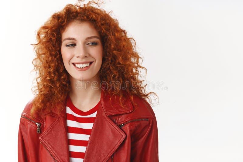 Donna alla moda moderna della testarossa allegra che dirige buon umore del lavoro che ottiene sguardo contentissimo sorridente de immagini stock libere da diritti