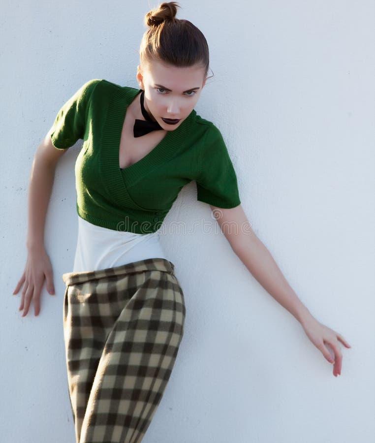 Donna alla moda moderna nella posizione dei pantaloni immagini stock libere da diritti