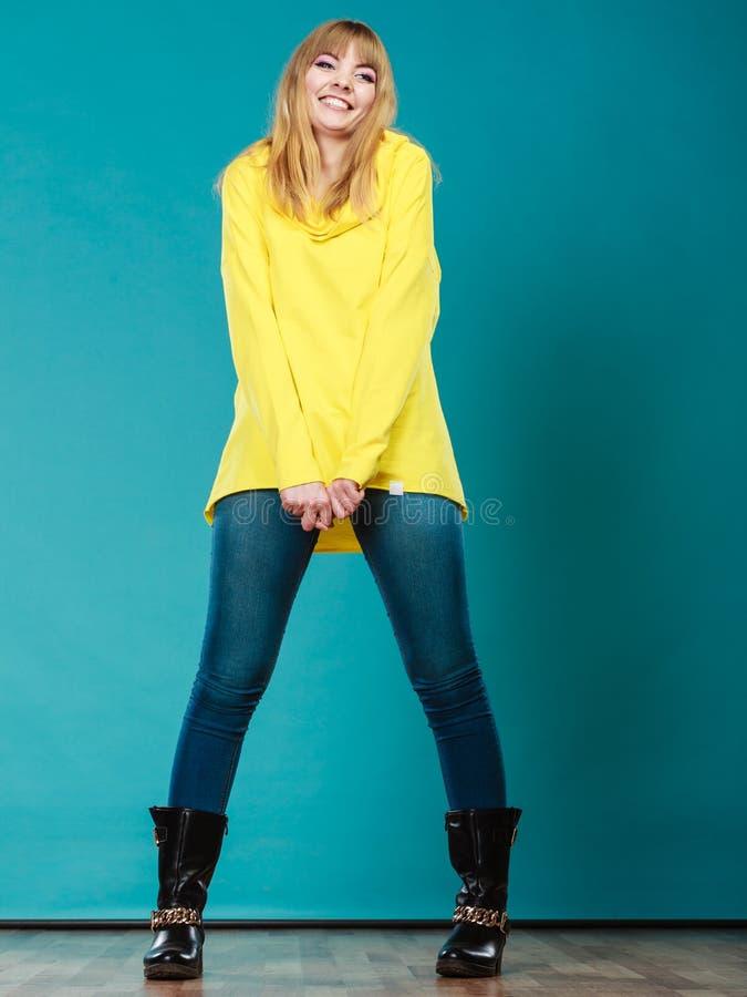 Donna alla moda negli stivali gialli di inverno della blusa fotografie stock