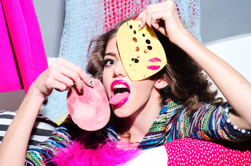 Donna alla moda pazza con formaggio e bacon fotografia stock libera da diritti