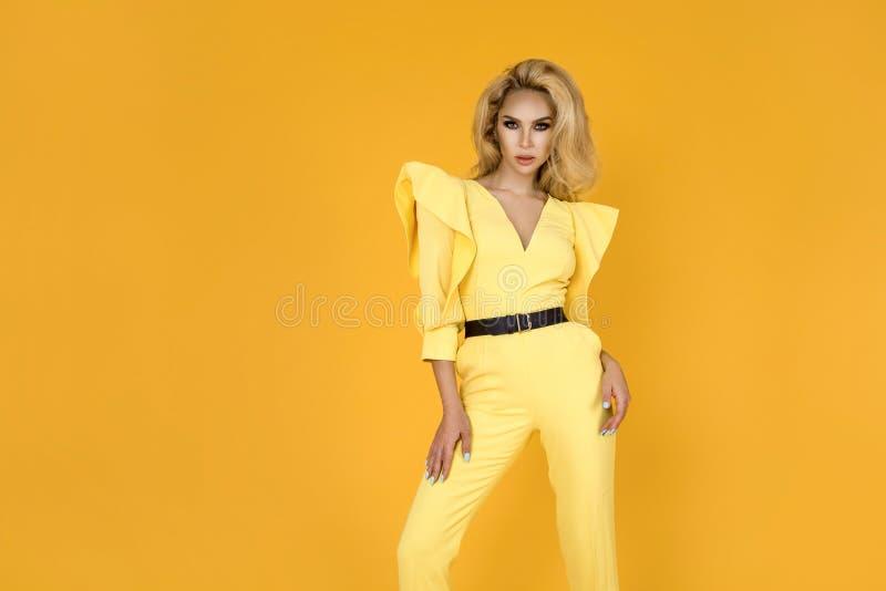 Donna alla moda in tuta, scarpe ed accessori gialli piacevoli Foto di estate della molla di modo - immagine immagini stock