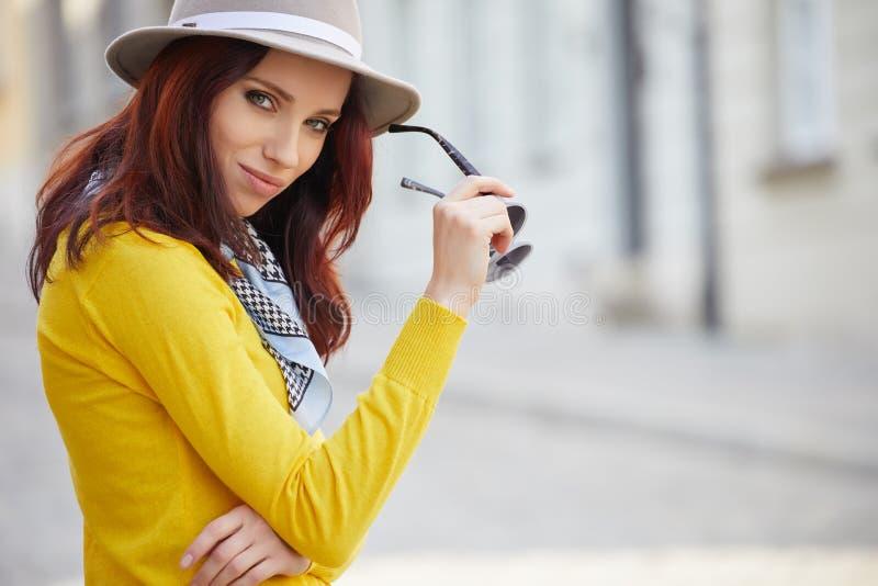 Donna alla moda vestita sulle vie fotografie stock libere da diritti