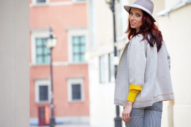 Donna alla moda vestita sulle vie fotografia stock