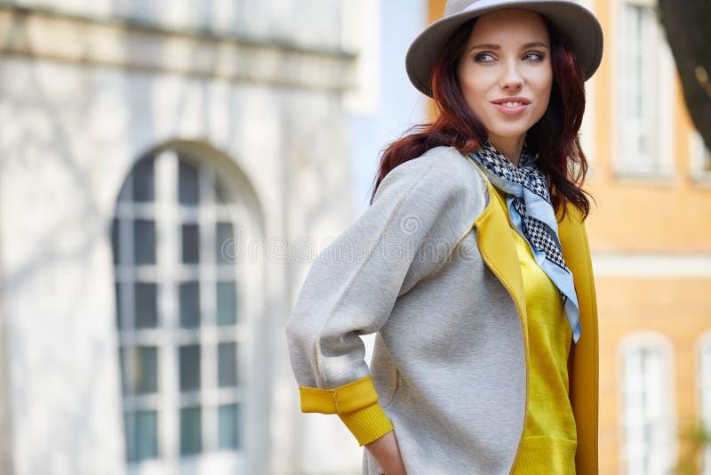 Donna alla moda vestita sulle vie immagine stock libera da diritti