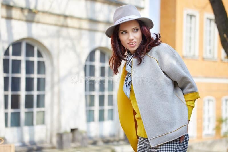 Donna alla moda vestita sulle vie fotografia stock libera da diritti
