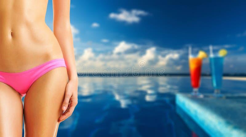 Download Donna Alla Piscina Tropicale Fotografia Stock - Immagine di ricorso, sensual: 55350624