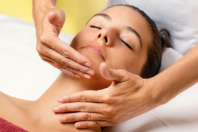 Donna alla sessione cosmetica di trattamento di bellezza fotografia stock