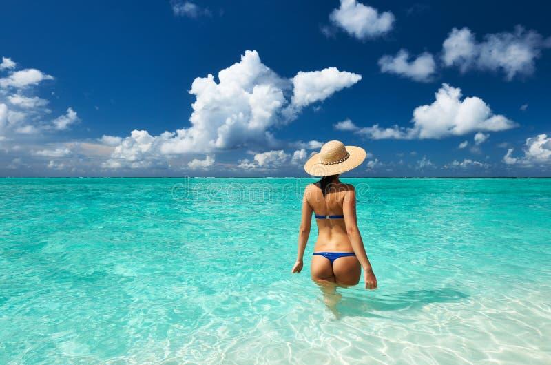 Donna alla spiaggia immagine stock