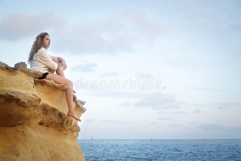 Donna alla spiaggia fotografie stock