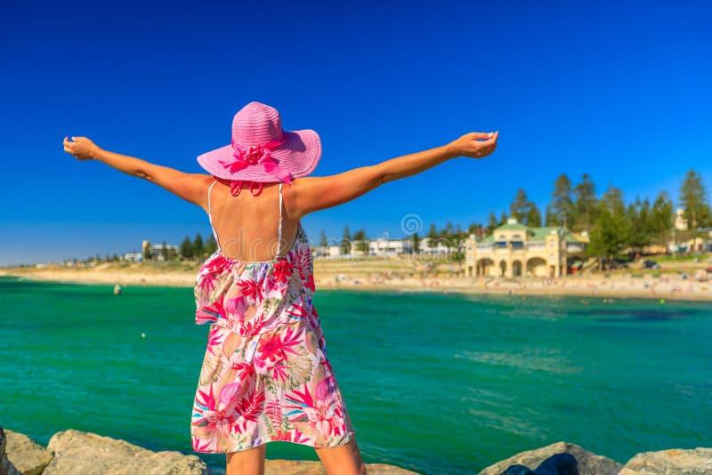 Donna alla spiaggia di Cottesloe fotografia stock libera da diritti