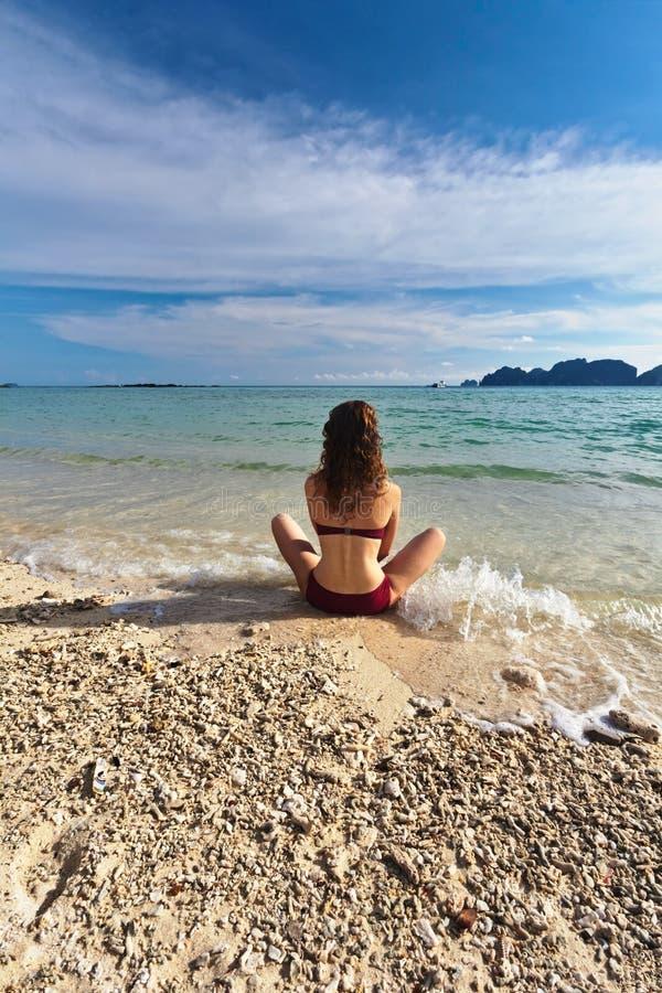 Donna alla spiaggia tropicale immagine stock