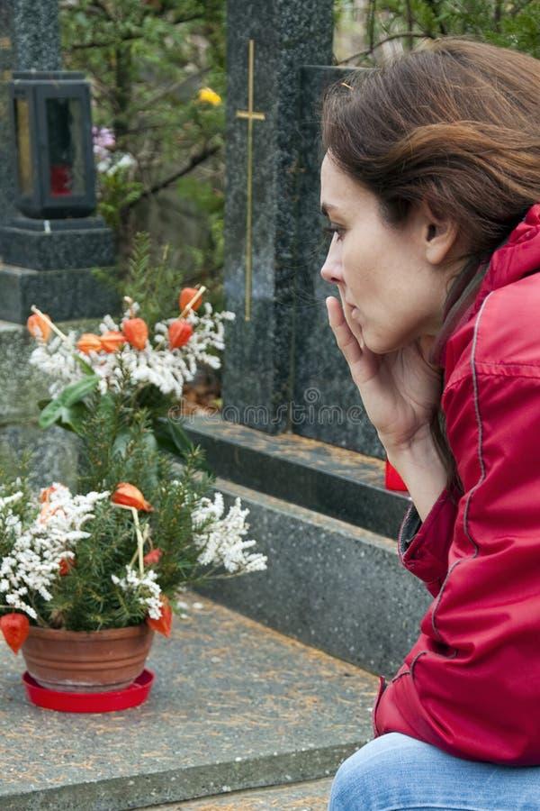 Donna alla tomba fotografie stock libere da diritti