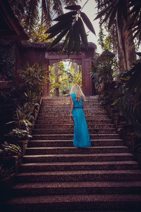 Donna alle scale di Ubud, Bali, Indonesia fotografie stock libere da diritti