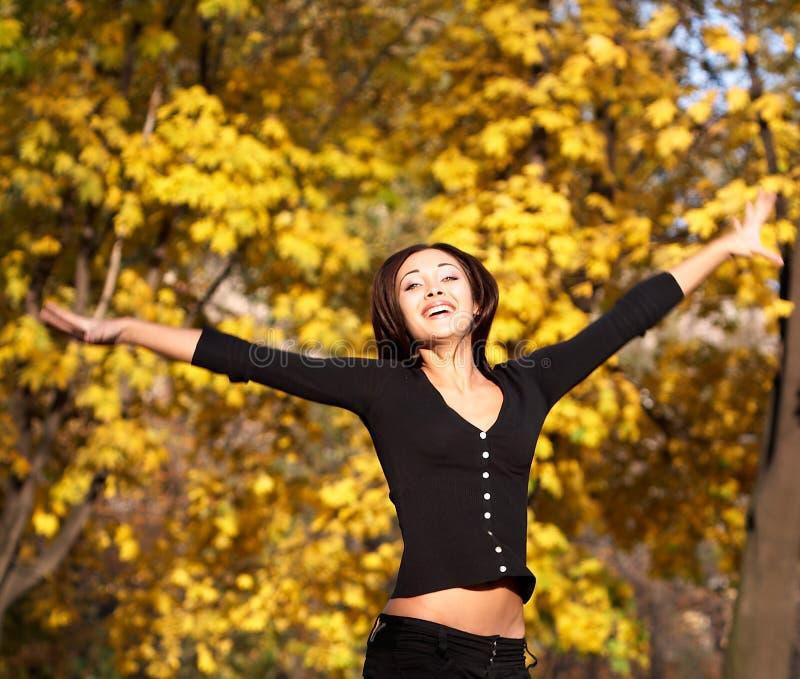 Donna allegra in autunno fotografie stock libere da diritti