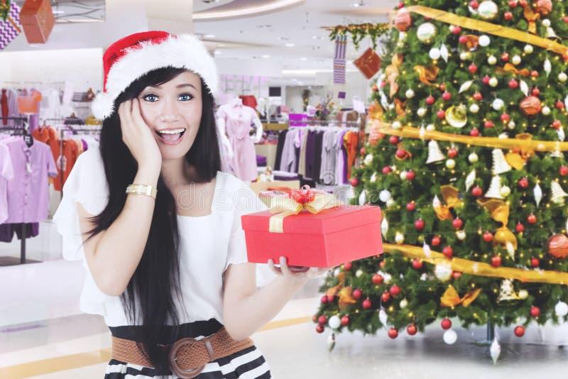 Donna allegra che ottiene un regalo di Natale fotografia stock libera da diritti