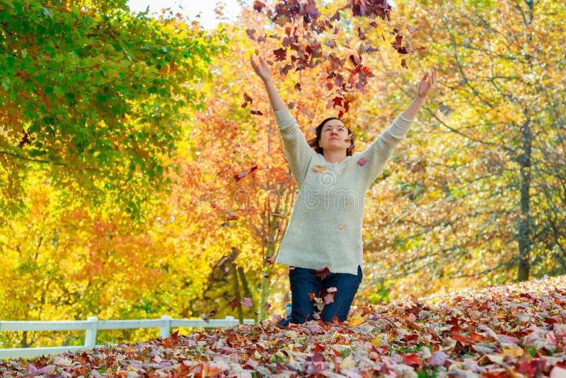 Donna allegra che si rilassa nel bello giorno di autunno, immagini stock libere da diritti