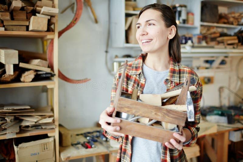Donna allegra con gli strumenti del carpentiere fotografie stock libere da diritti