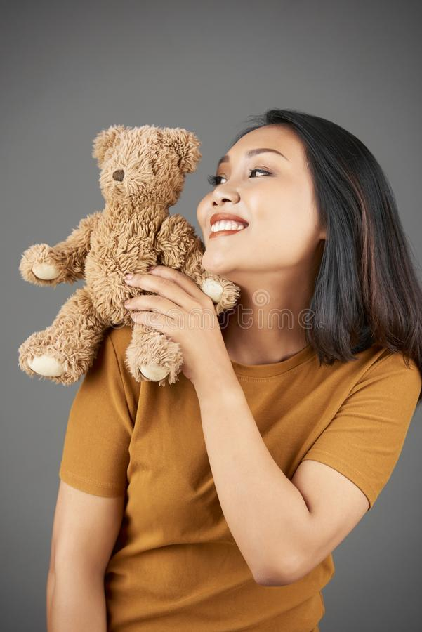 Donna allegra con il giocattolo farcito immagine stock