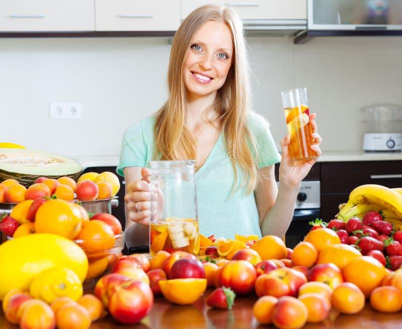 Donna allegra con la bevanda di frutti immagine stock